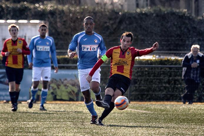 Paolo Fortunati onderschept de bal van zijn directe tegenstander Milton Roemeratoe.