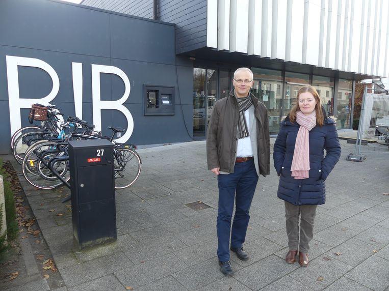 Schepen Willem Rombaut en bibliothecaris Annelies De Vos bij de bibliotheek van De Pinte, die voorlopig dicht blijft.