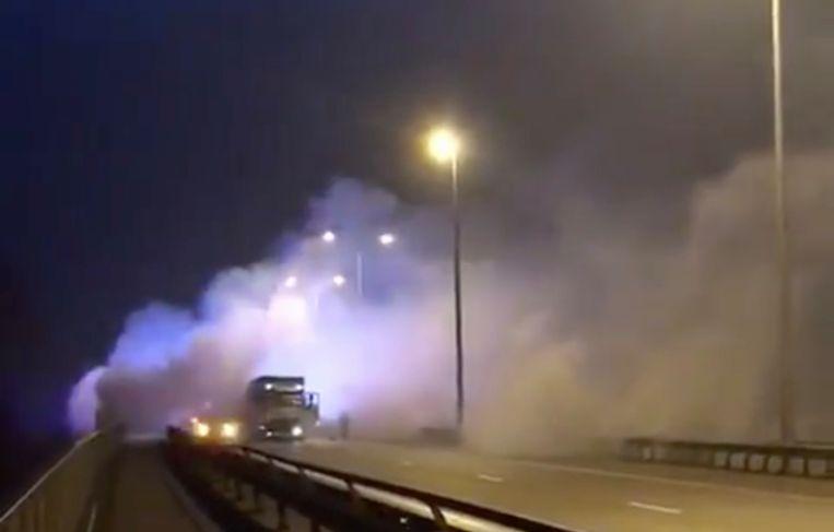 Onder de brug brak brand uit. De felle rook leidde tot een zware kettingbotsing met één dode als gevolg.