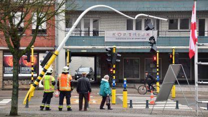 Tractor ramt verkeerslicht: politie moet urenlang het verkeer regelen