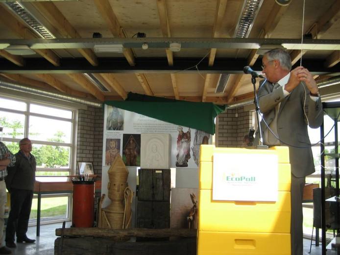 Europarlementariër Lambert van Nistelrooij onthult een beeld van patroonheilige Ambrosius tijdens de officiële opening van het Bijeneducatiecentrum.