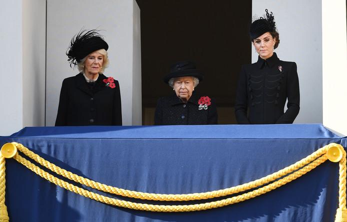 De Britse koninklijke familie heeft zondag uitgebreid stilgestaan bij slachtoffers van de twee wereldoorlogen en daaropvolgende gewapende conflicten uit Groot-Brittannië en het Gemenebest.