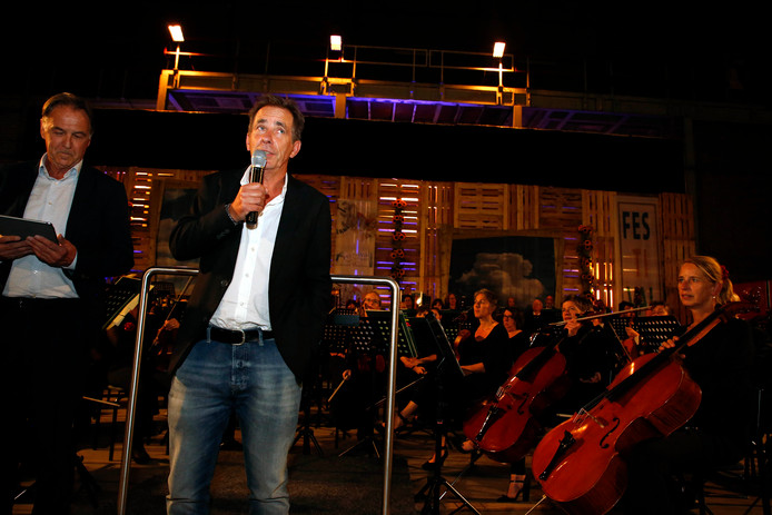 Componist Douwe Eisenga (r) geeft uitleg over zijn The Wall Symphony. Links Frank Deij.