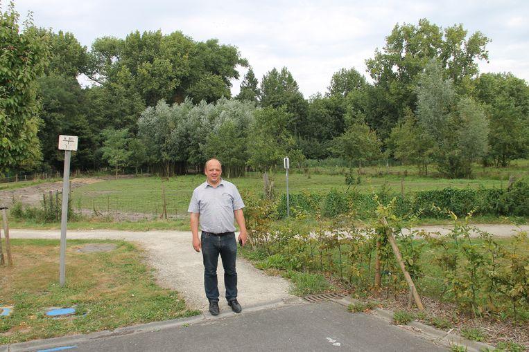 Burgemeester Karl De Clerck aan het stuk weiland achter De Visscherie waar de gemeente op aast.