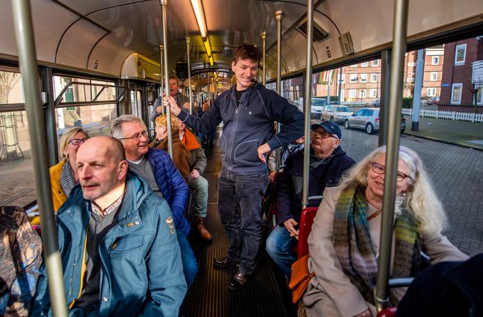 Oer-Rotterdammer Herco Kruik met 'zijn' passagiers