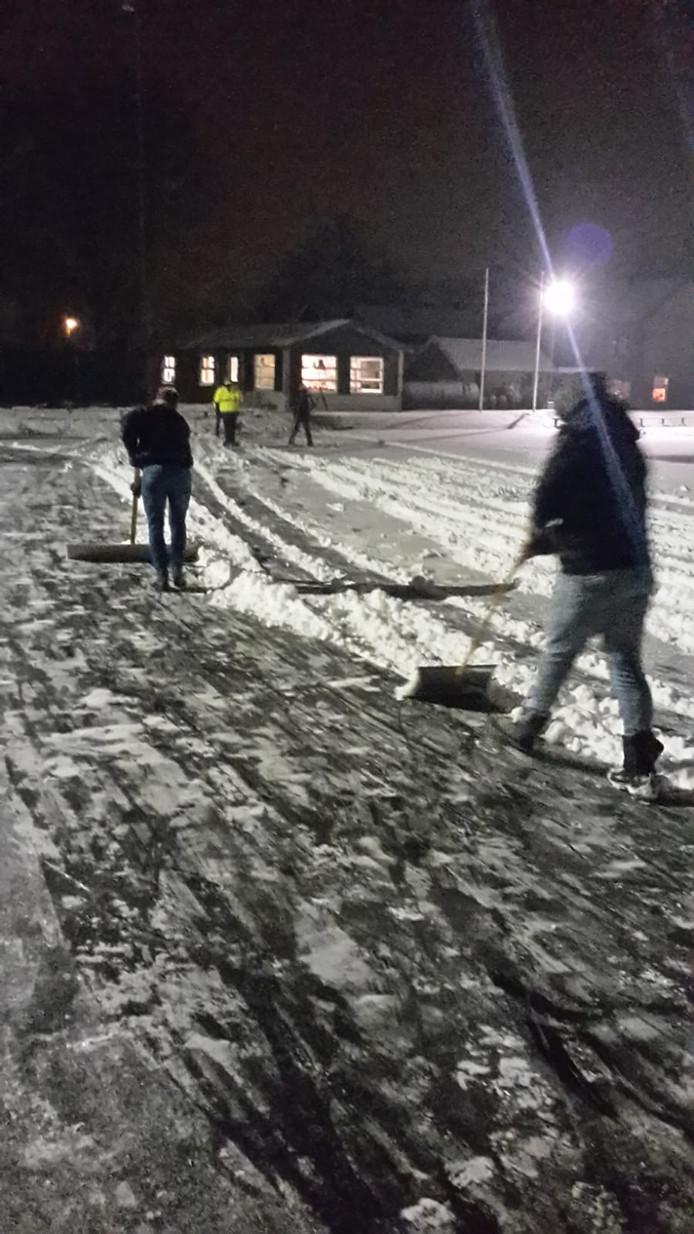 Vrijwilligers maken ijsbaan Kollendiek in Den Ham sneeuwvrij.