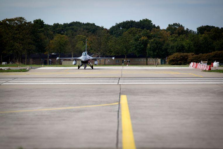 Een F-16 vertrekt van vliegbasis Volkel in de Brabantse gemeente Uden. Beeld ANP