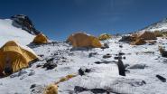 "Bergbeklimmers laten tonnen afval achter op Mount Everest: ""Walgelijk"""