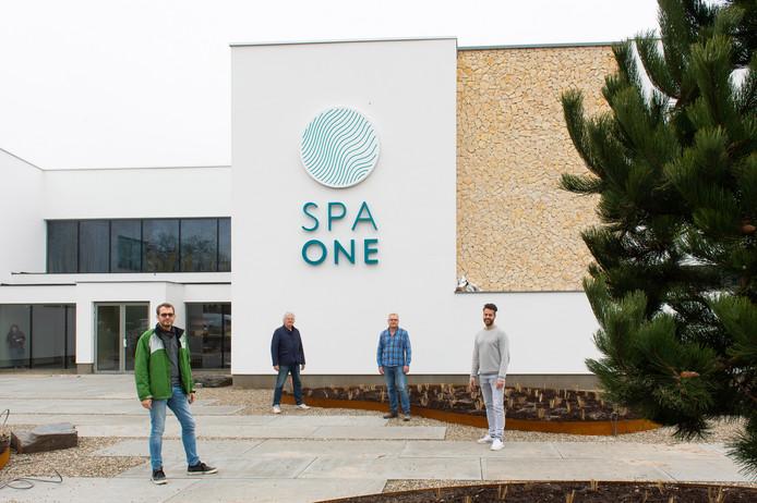De  initiatiefnemers achter Spa One, André Meerhoff (tweede van  rechts ) en Twan Veraa (tweede van links) en de beide heren die het nieuwe wellnesscomplex gaan runnen, Bart Veraa en John Pasveer.