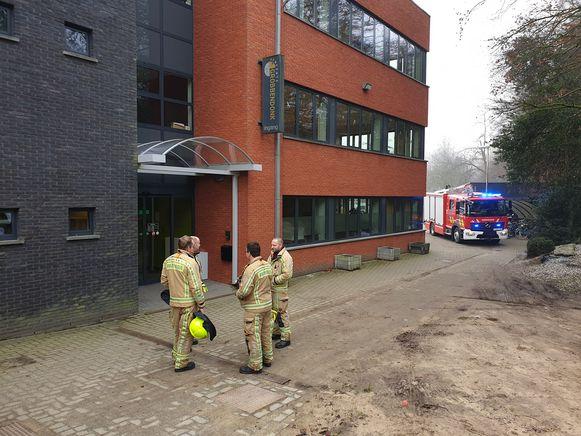 Politie en brandweer snelden naar het gemeentehuis.