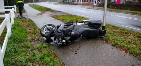 Motorrijder klapt tegen lantaarnpaal tussen Deventer en Twello en raakt zwaargewond