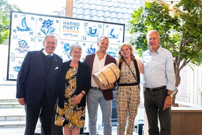 De mensen van de hospice de Reggestroom met in hun midden internetondernemer Tusveld. Vlnr. Bernhard Kobes, Chris Klaassen, Jan Willem Tusveld, Trina Buter en Evert Voortman.