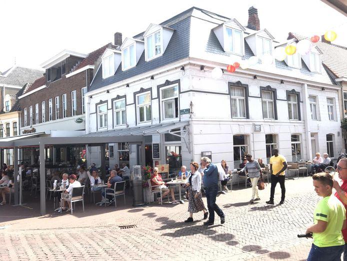 Het terras van De Korenbeurs in Hulst zit nagenoeg vol zondag.