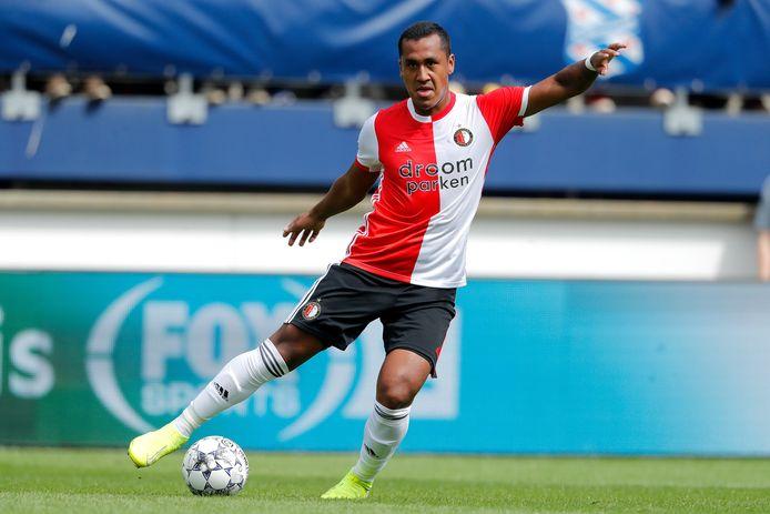 Renato Tapia in actie tegen sc Heerenveen.