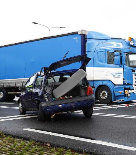 Ravage op N35 na botsing tussen vrachtwagen en personenauto