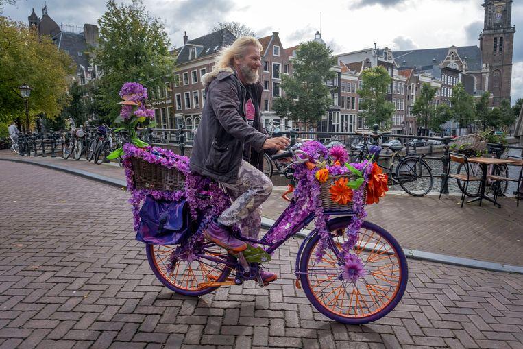 De Amerikaan Warren Gregory fleurt al jaren Amsterdam op met vrolijke fietsen. Beeld Patrick Post
