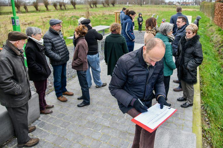 Aan het Oorlogsmomument op de site werden de eerste handtekeningen voor de petitie gezet.
