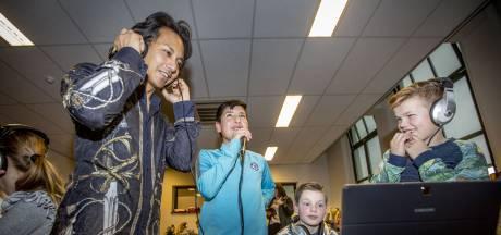 Pianist Wibi Soerjadi maakt muziek met Oldenzaalse scholieren