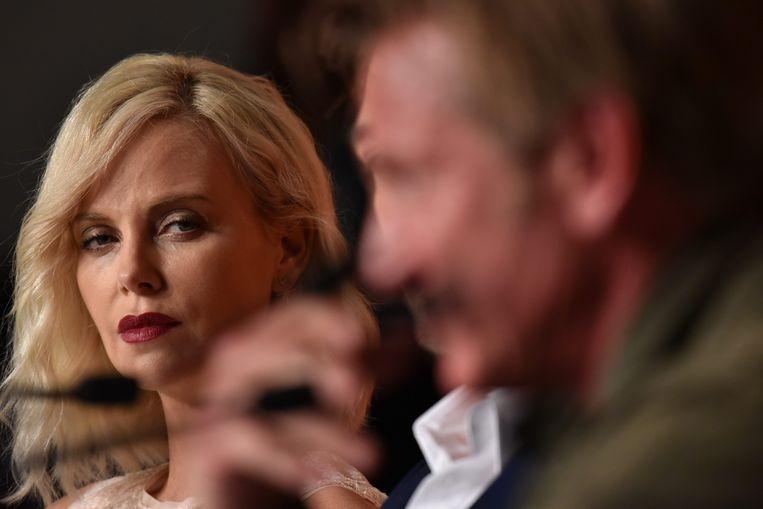 Sean Penn maakte met 'The Last Face' de slechtste film van het festival. De pers sabelde de film na de vertoning neer en dat leidde tot een gespannen persconferentie. Hoofdrolspeelster Charlize Theron kijkt nogal apart naar haar ex-geliefde Sean Penn.