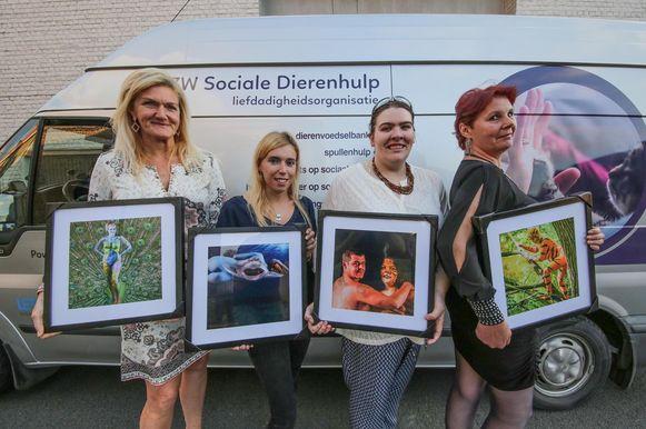 Nancy Castelein, Steffie Dujardin, Stefanie Labaere en Jasmina Mouton stellen trots hun dierenfoto's voor de naaktkalender voor.