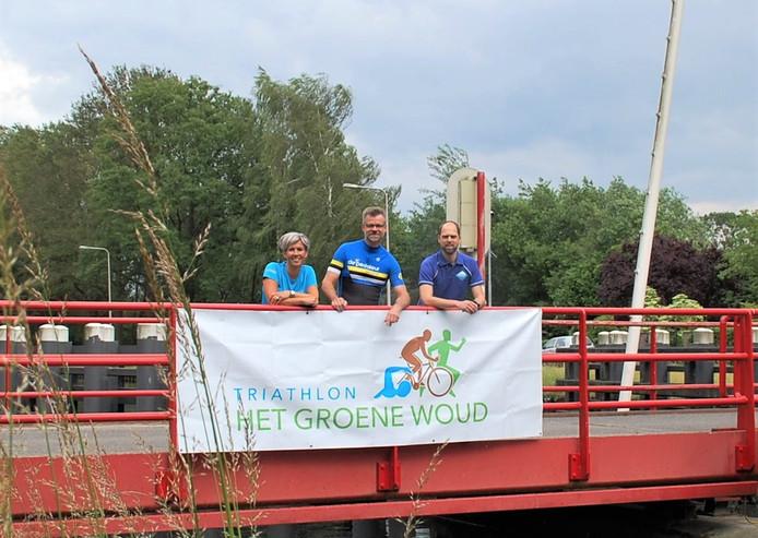 Esther de Wert van Atletiek Oirschot, Robert van Overbeek van EOZC en John Vervoort van De Pedaleur op de Groenewoudsebrug waar dit jaar zowel de start als de finish van Triathlon Het Groene Woud plaatsvinden.