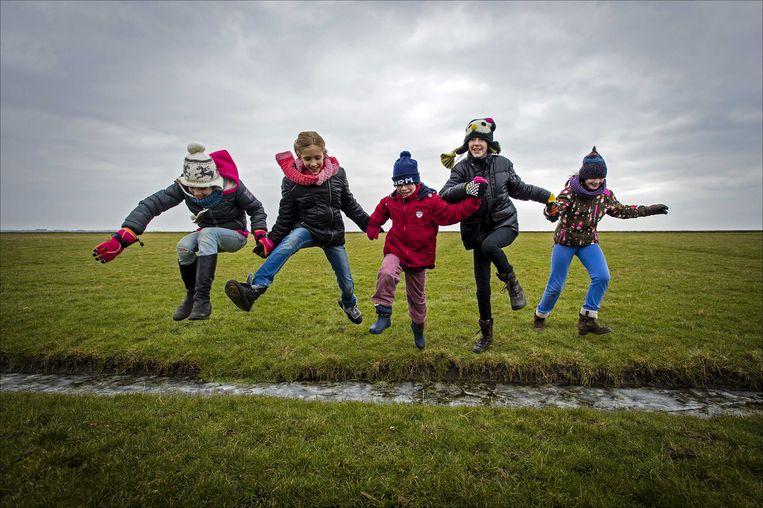 Spelen in de natuur geeft kinderen ervaringen die ze binnenshuis nooit zullen opdoen. Beeld ANP
