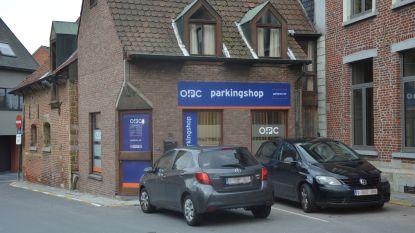 Vrachtwagen blokkeert geparkeerde wagens: stad vraagt OPC om parkeerboetes te annuleren