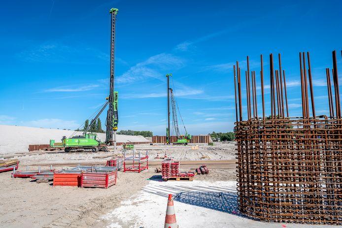 Het heiwerk voor de nieuwe rijksweg A16 Rotterdam bij het Terbregseplein. Bewoners in Ommoord hebben er last van.