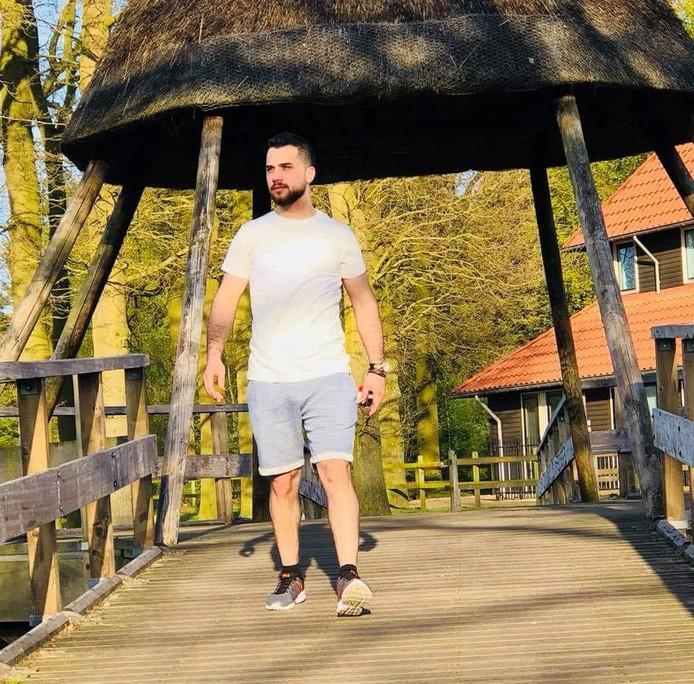 Mohammed loopt over een brug bij het Hulsbeek. Hier verdronk hij vorige week donderdag