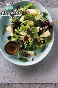 Salade met schapenkaas, gedroogde kersen, noten, salie en een honingdressing