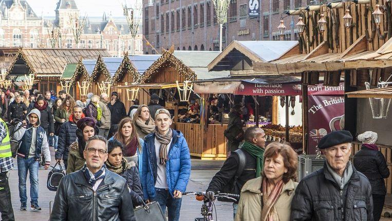 De kerstmarkt, 'eentje met allure', is gisteren officieel geopend. 'Kerstmarkt' mogen we overigens niet zeggen. Dat woord is mettertijd besmet geraakt. Beeld Floris Lok