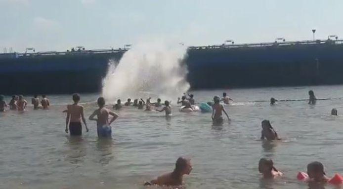Een dronken man in Gorinchem stunt met zijn waterscooter vlakbij zwemmende kinderen.