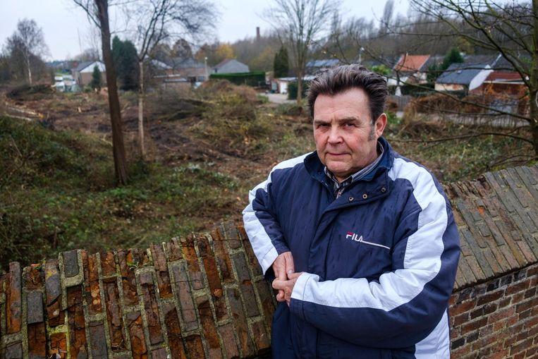 Walter Schoeters van Bezorgd Noeveren aan het perkje waar enkele bomen zijn gekapt.