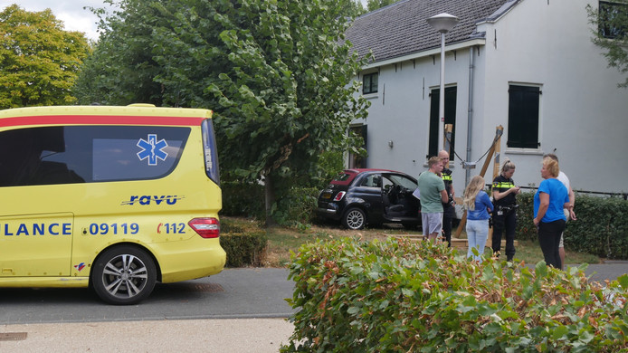 Een automobiliste die niet lekker werd achter het stuur is vrijdagmiddag tegen de gevel van een boerderij aan de Augustusweg in De Meern geknald.