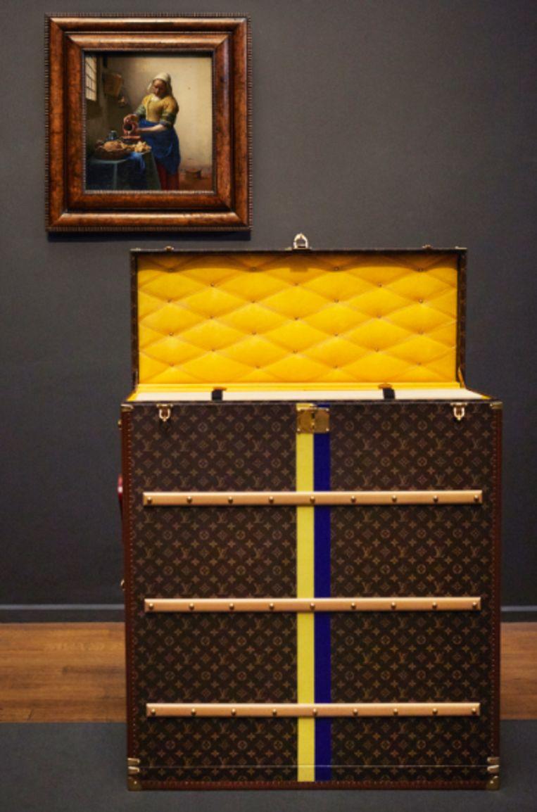 De maatkoffer voor het schilderij Het Melkmeisje Beeld Vuitton