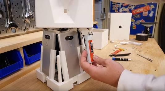 Binnenin de HomePod filmen vier smartphones de vernedering van de pakjesdief.