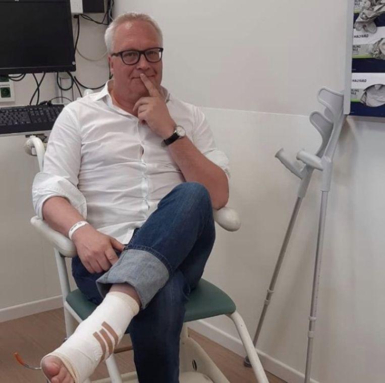PDVA-voorzitter Peter Mertens brak zijn voet toen hij thuis van de trap viel.