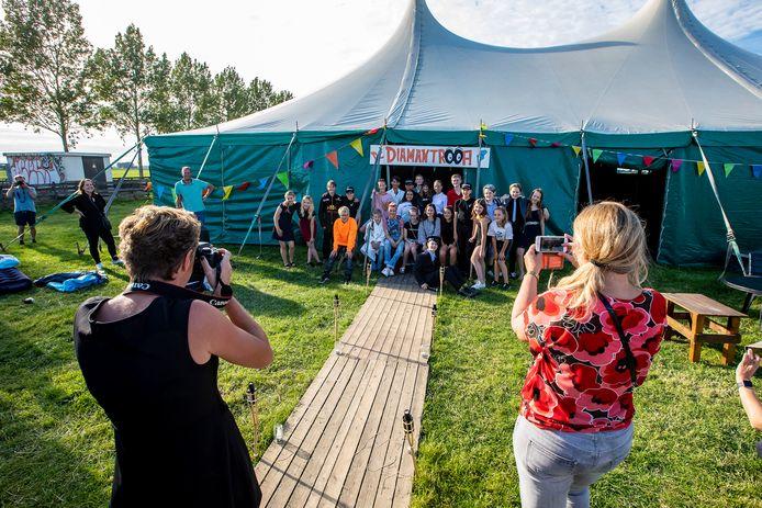 Leerlingen van groep 8 doen de musical in een grote tent. Daarna blijven ze slapen.