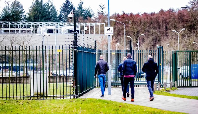 Het complex van de Belastingdienst aan de Laan van Westenenk in Apeldoorn is een zwaar beveiligd fort. Op het hek zit stroom, pottenkijkers hebben er niets te zoeken.
