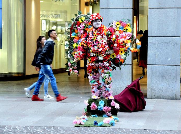Een Roemeense immigrant staat als levend standbeeld de lente te verkondigen in het Italiaanse Milaan. Foto Piero Oliosi