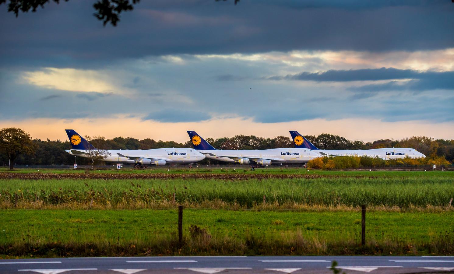 Drie geparkeerde Boeings van Lufthansa  op Twente Airport.