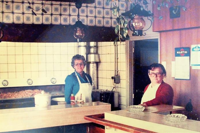 Franske en Anneke van Franske Friet in hun cafetaria.