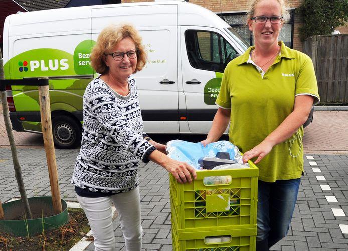 Anika Keijzer uit Vlissingen neemt de boodschappen in ontvangst van Renske Hioolen.