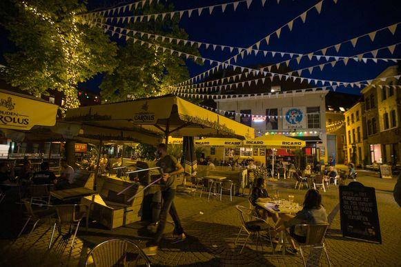 MECHELEN - De Vismarkt in Mechelen rond sluitingsuur.