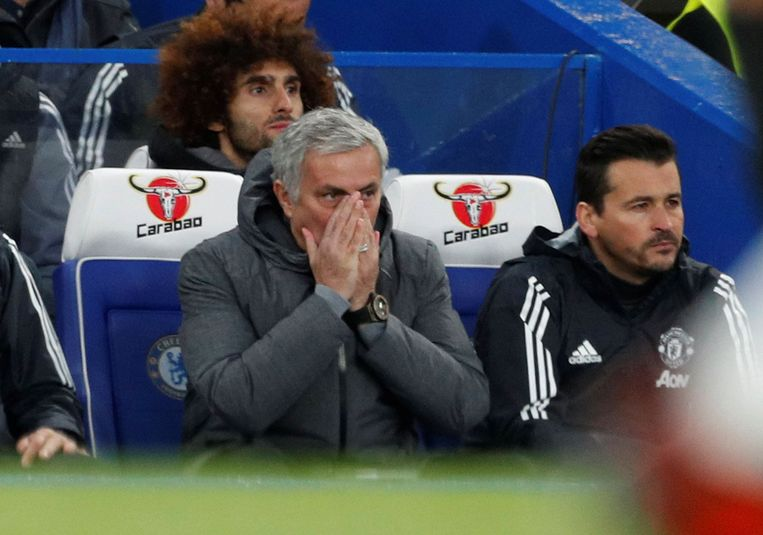 Mourinho op de bank, die hij redelijk goed kent. Achter hem kijkt Fellaini toe.