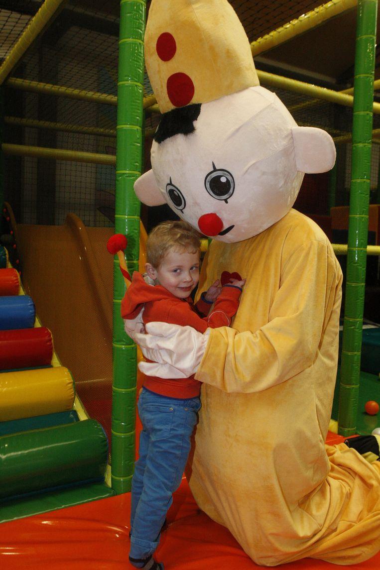 Kleine Thor was in de wolken toen hij in De Speelfabriek in Diest van zijn idool Bumba een flinke knuffel kreeg.