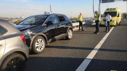 Weggebruikers rijden onwel geworden automobilist klem op Nederlandse snelweg om erger te voorkomen