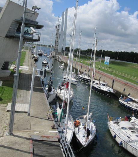 Stewards Rijkswaterstaat helpen weer op Zeeuwse sluizen