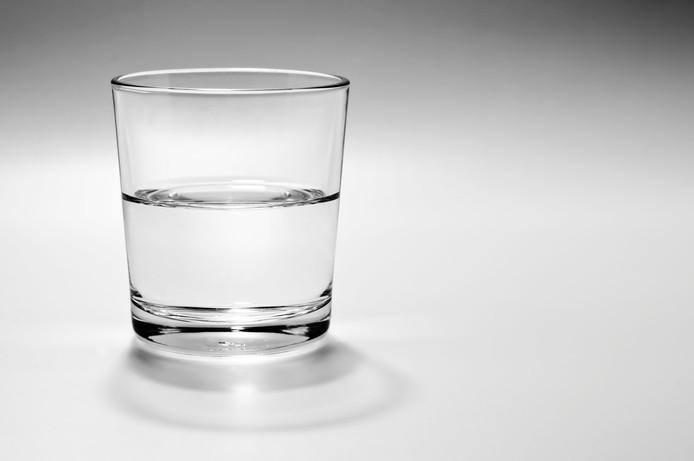De optimist zei dat 't glas alf vol is en de pessimist zei dat 'n alf leeg is.