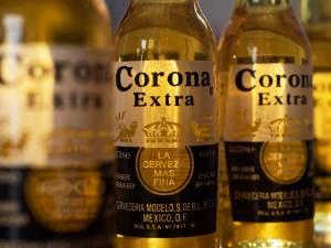 """La bière """"Corona"""", victime inattendue du coronavirus"""